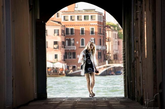 (c) PFRunner _Venise Sotoportego JeuneFille Dehanchee _DSC01702